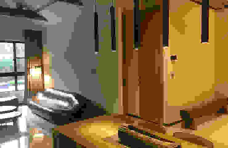 餐廳上方以天花木質格柵式設計 现代客厅設計點子、靈感 & 圖片 根據 雅和室內設計 現代風