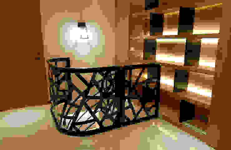 開放式層架設計 成為空間裡的矚目焦點 現代風玄關、走廊與階梯 根據 雅和室內設計 現代風