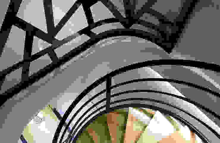 串聯上下樓層的迴旋梯設計 根據 雅和室內設計 現代風