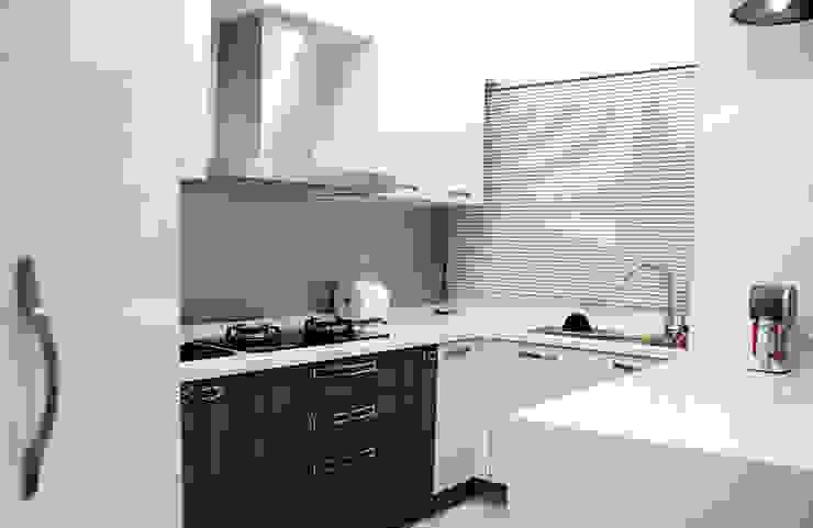廚房空間以白色基調為主 現代廚房設計點子、靈感&圖片 根據 雅和室內設計 現代風