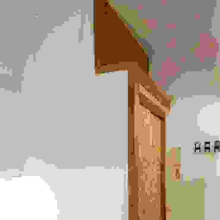 Reforma de Estudio en Lavapies Baños de estilo minimalista de Rubén Couso Minimalista Madera Acabado en madera