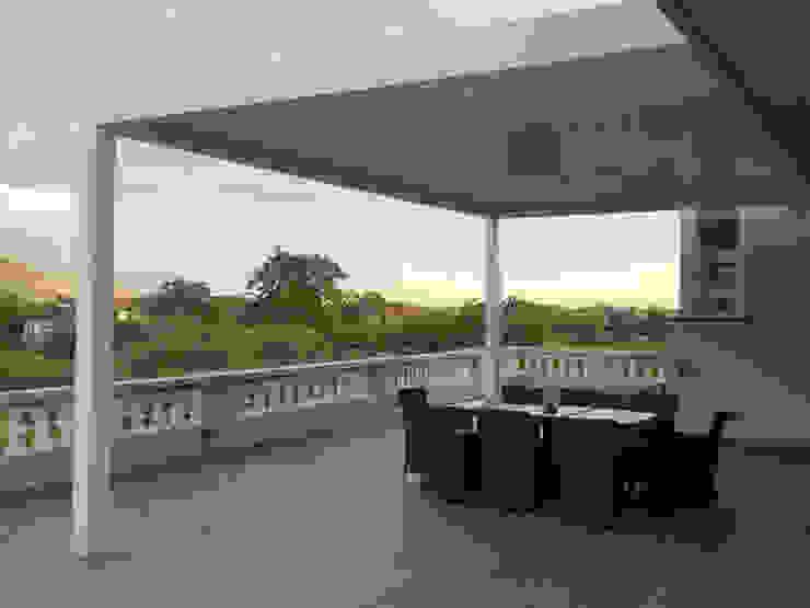 Pergola bioclimatica per un microclima ideale RGM srl Balcone, Veranda & Terrazza in stile moderno Alluminio / Zinco Bianco
