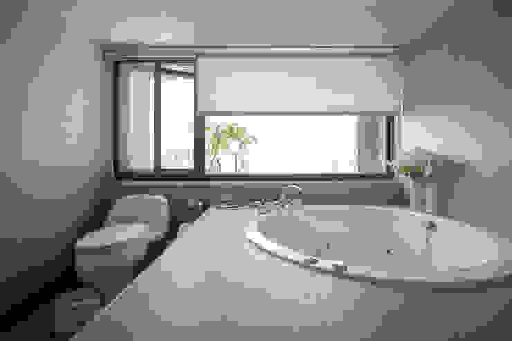 Jyue's Bathroom   Before 裝修前2 現代浴室設計點子、靈感&圖片 根據 有隅空間規劃所 現代風 磁磚