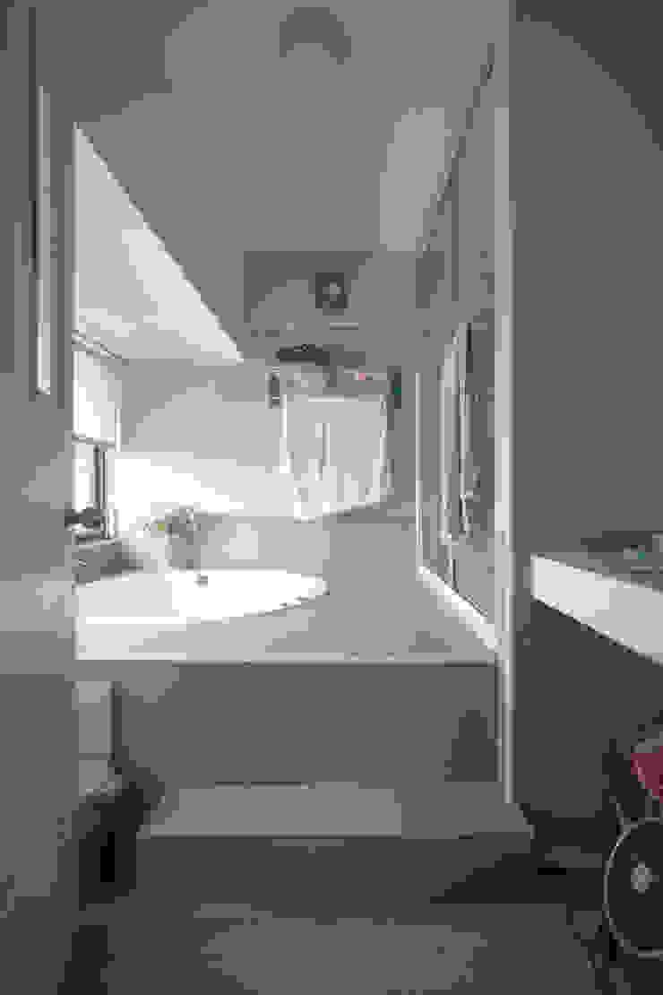 Jyue's Bathroom   Before 裝修前1 現代浴室設計點子、靈感&圖片 根據 有隅空間規劃所 現代風 磁磚