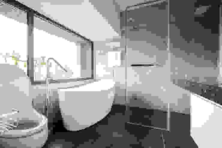 Jyue's Bathroom   After 裝修後2 現代浴室設計點子、靈感&圖片 根據 有隅空間規劃所 現代風 磁磚