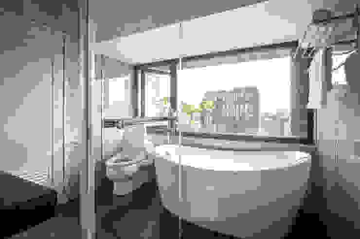 Jyue's Bathroom   After 裝修後5 現代浴室設計點子、靈感&圖片 根據 有隅空間規劃所 現代風 磁磚