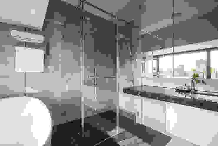 Jyue's Bathroom   After 裝修後3 現代浴室設計點子、靈感&圖片 根據 有隅空間規劃所 現代風 磁磚