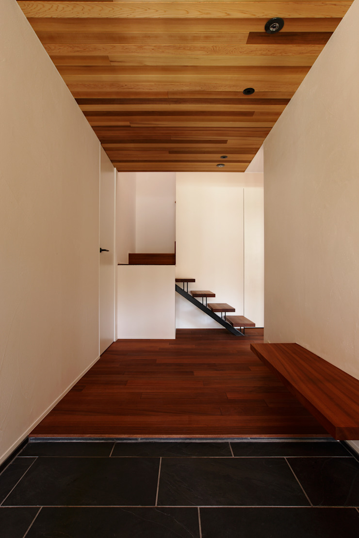 Pasillos, vestíbulos y escaleras modernos de キューボデザイン建築計画設計事務所 Moderno
