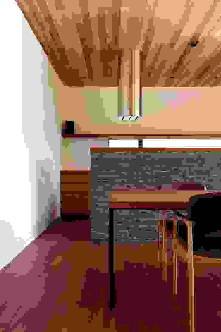 Cocinas de estilo moderno de キューボデザイン建築計画設計事務所 Moderno