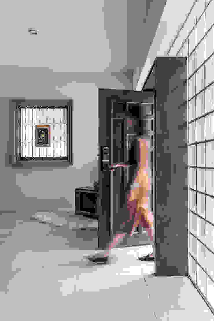 Puertas de estilo asiático de 漢玥室內設計 Asiático Madera Acabado en madera