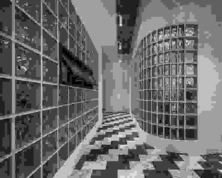 Pasillos, vestíbulos y escaleras de estilo moderno de 漢玥室內設計 Moderno Mármol