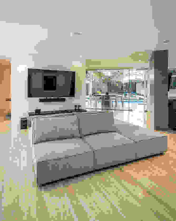 ESTAR INTIMO Salas de entretenimiento de estilo moderno de Design Group Latinamerica Moderno