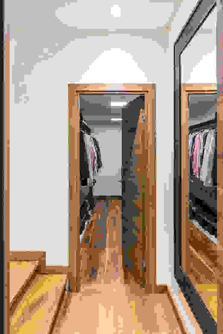 CLOSETS Closets de estilo moderno de Design Group Latinamerica Moderno