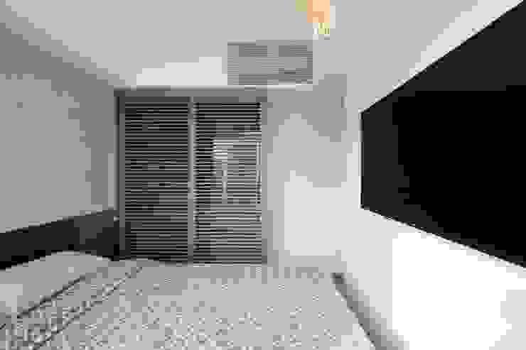 海桃灣主人房 Modern style bedroom by Inspire Design Ltd Modern Wood Wood effect