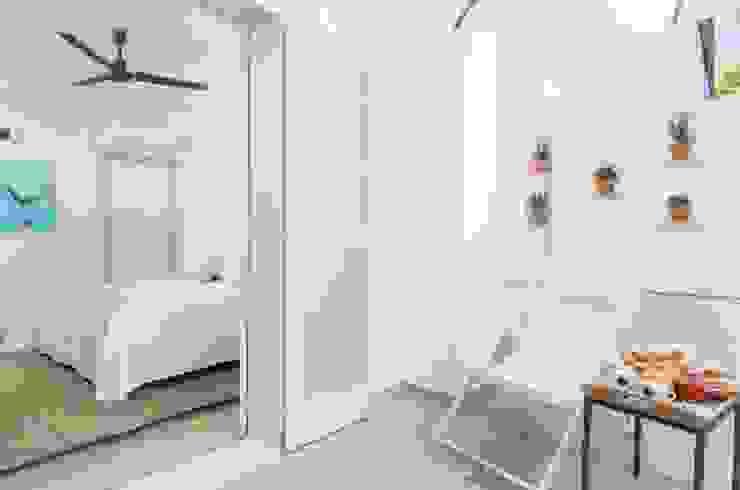 Reforma Hotel Cala San Vicente. Terraza habitación Balcones y terrazas de estilo escandinavo de FOCUS Arquitectura Escandinavo