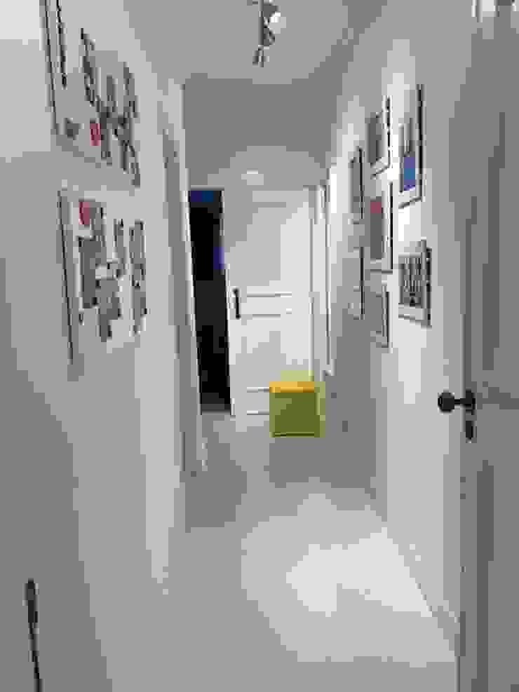 corredor com piso branco Corredores, halls e escadas modernos por NEUSA MORO Moderno