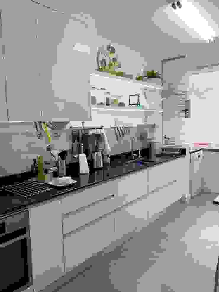 Cozinha moderna, branca com bancada em granito preto Cozinhas clássicas por NEUSA MORO Clássico