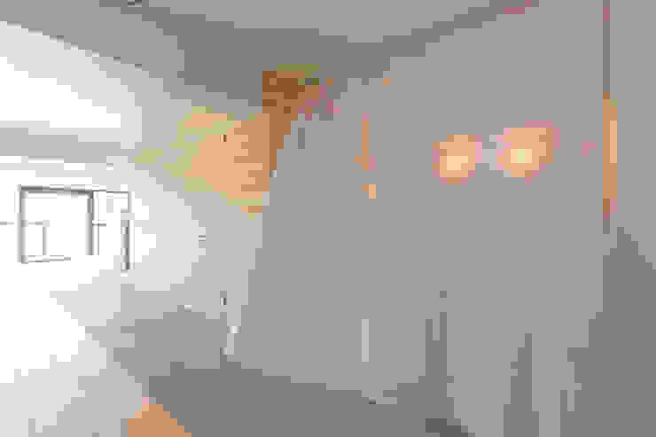 カーテンによる緩やかな仕切り HAMADA DESIGN ミニマルスタイルな 壁&床