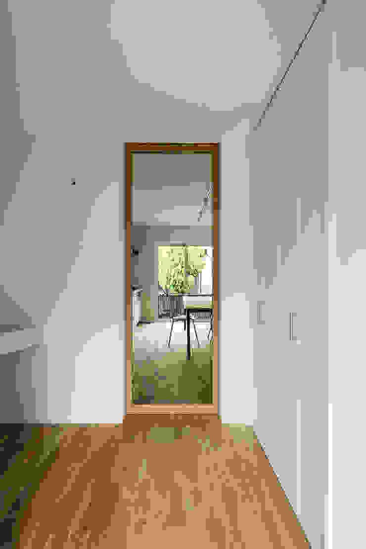 Minimalistischer Flur, Diele & Treppenhaus von HAMADA DESIGN Minimalistisch