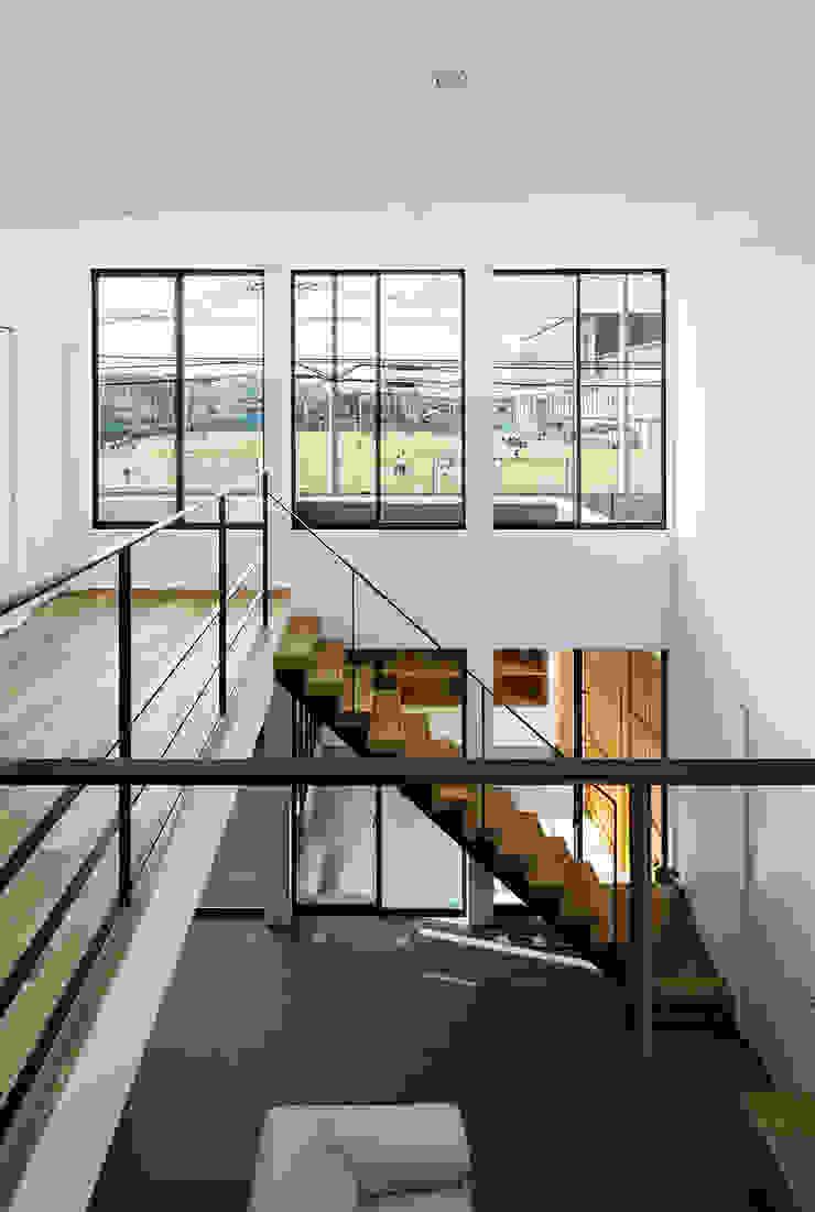 2階廊下から階段を見る の HAMADA DESIGN モダン