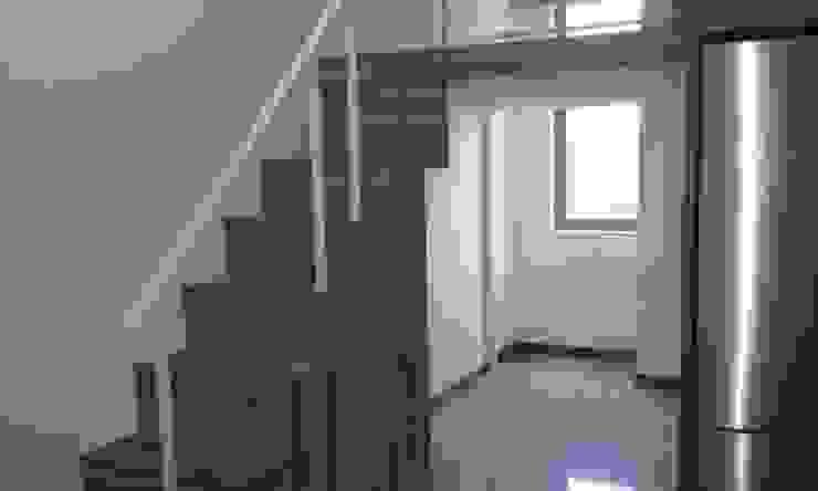 Bed Loft next to a kitchen in a condominum Minimalist living room by BedLoft Minimalist