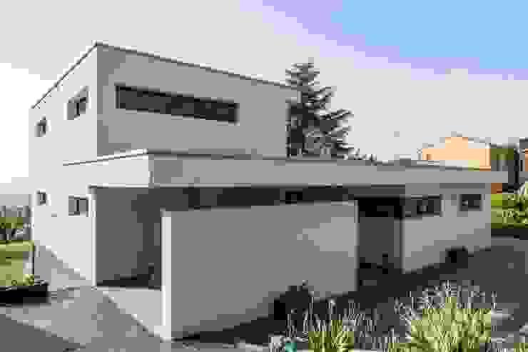 Casa moderna desde el exterior. Casas de estilo moderno de Esteve Arquitectes Moderno