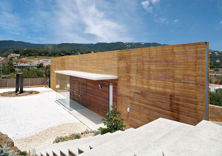 Entrada principal. de Esteve Arquitectes Moderno Madera maciza Multicolor