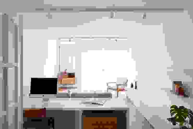 Lola Cwikowski Studio Minimalistische woonkamers