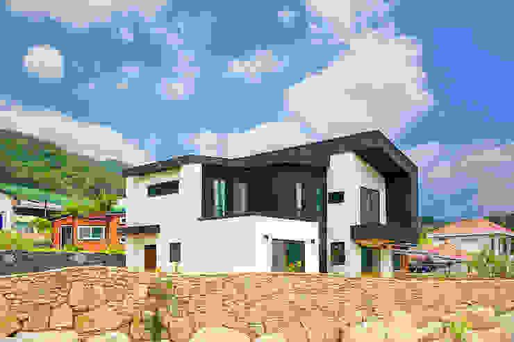 입체감이 살아있는 전원주택 클래식스타일 주택 by 한글주택(주) 클래식