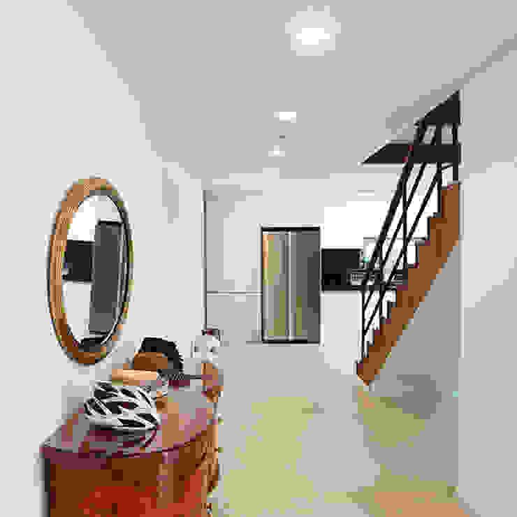 거실과 주방을 연결시키는 복도 클래식스타일 주방 by 한글주택(주) 클래식