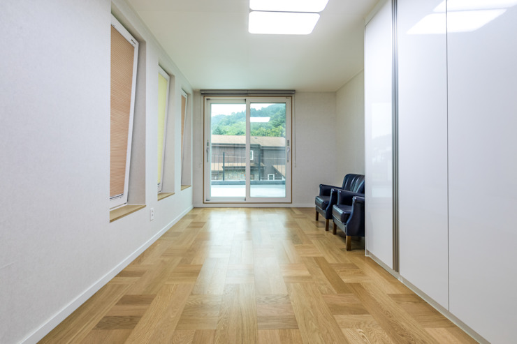 2층 테라스와 연결되는 가족실 클래식스타일 거실 by 한글주택(주) 클래식