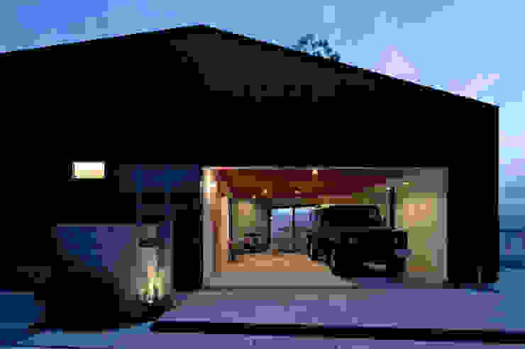 鹿の家 モダンデザインの ガレージ・物置 の arc-d モダン