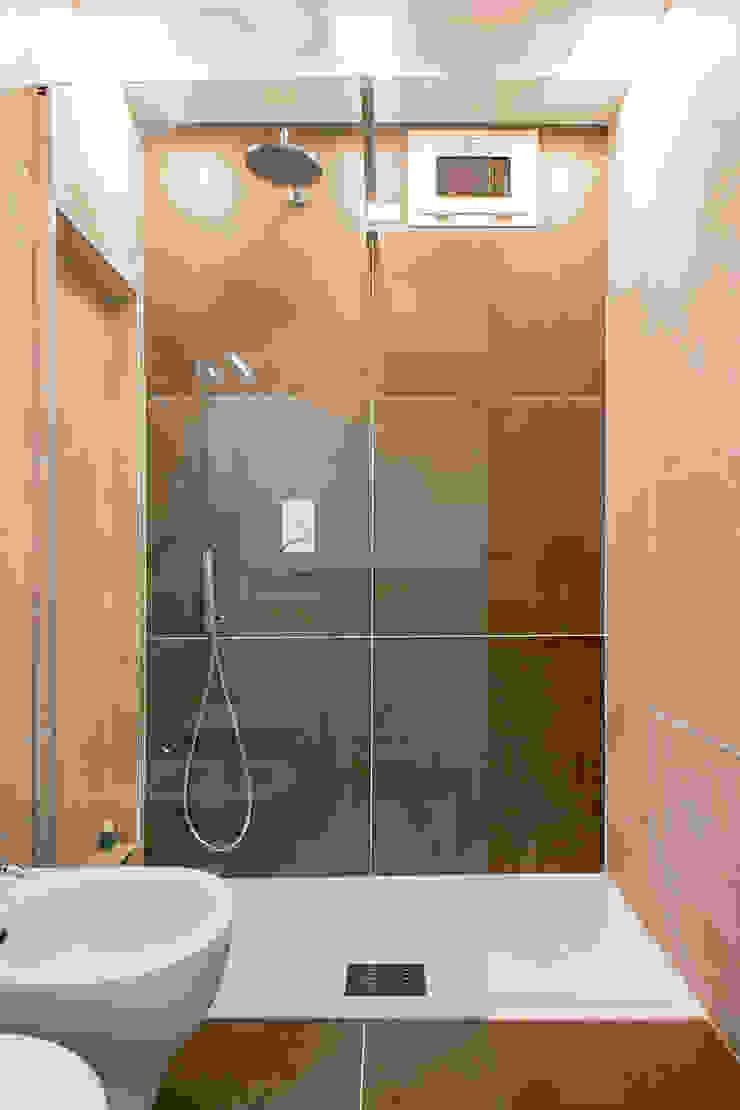 Luca Bucciantini Architettura d' interni Salle de bain minimaliste Tuiles Marron