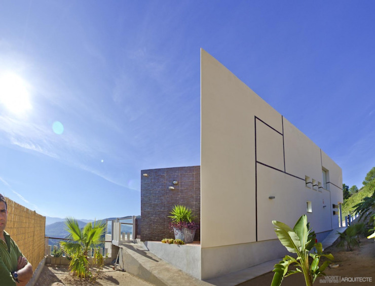 Fachada de vivienda. de Barreres del Mundo Architects. Arquitectos e interioristas en Valencia. Moderno Cerámico