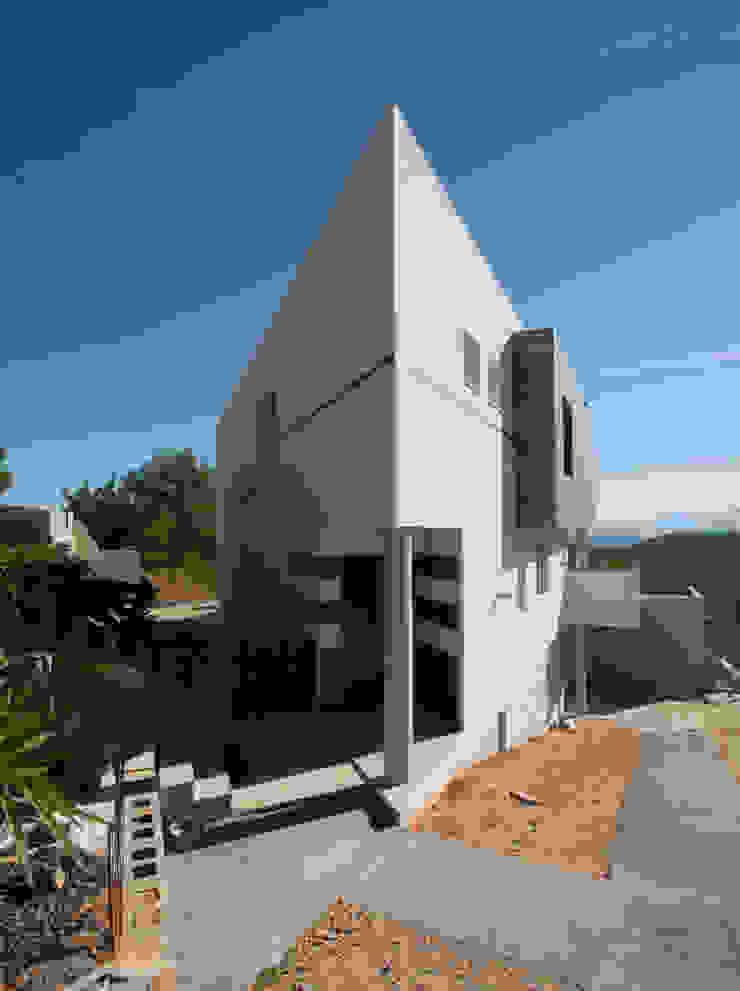 Entrada a la vivienda. de Barreres del Mundo Architects. Arquitectos e interioristas en Valencia. Moderno