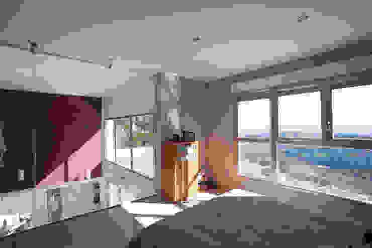 Dormitorio principal. Vistas desde la habitación. Dormitorios de estilo moderno de Barreres del Mundo Architects. Arquitectos e interioristas en Valencia. Moderno