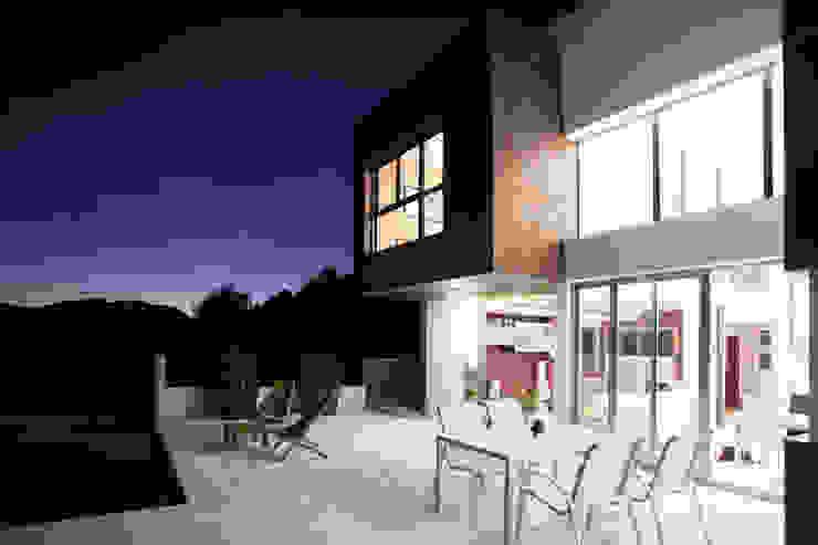 Terraza con piscina. Balcones y terrazas de estilo moderno de Barreres del Mundo Architects. Arquitectos e interioristas en Valencia. Moderno Cerámico