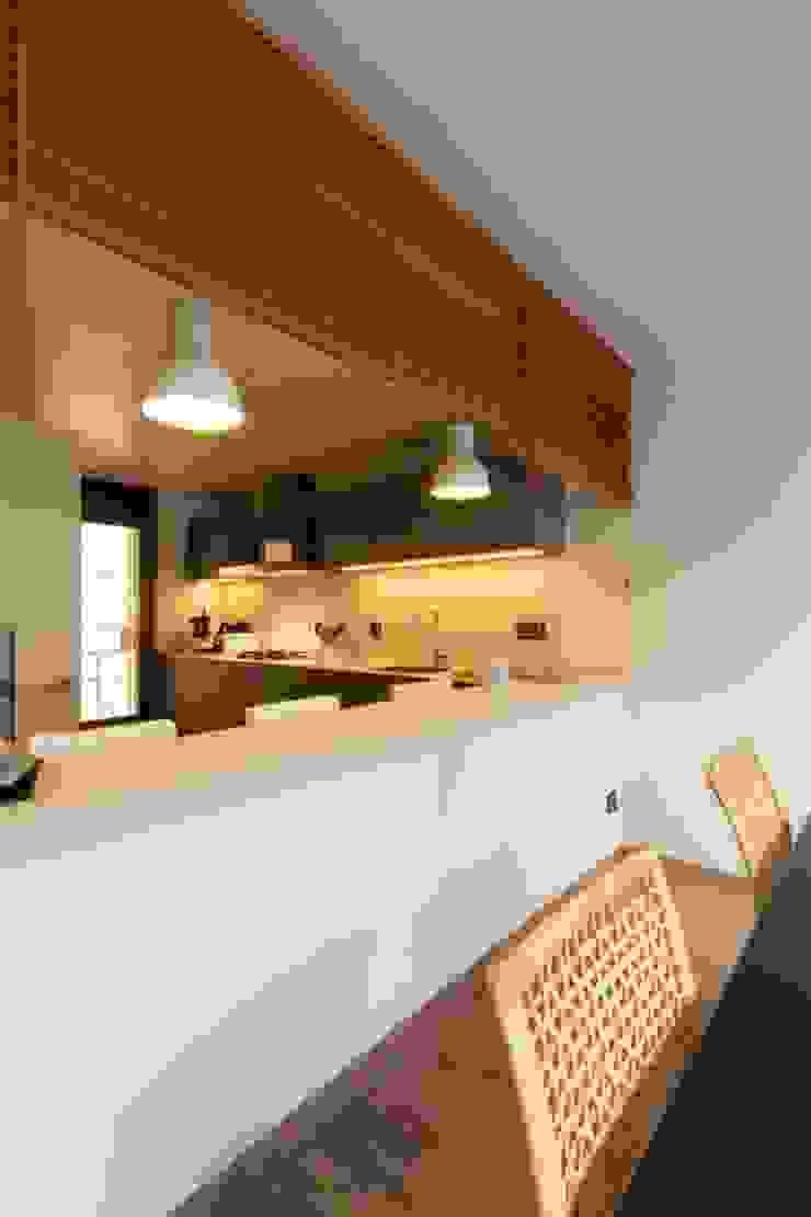Cocina abierta con barra CREAPROJECTS. Interior design. Cocinas de estilo ecléctico