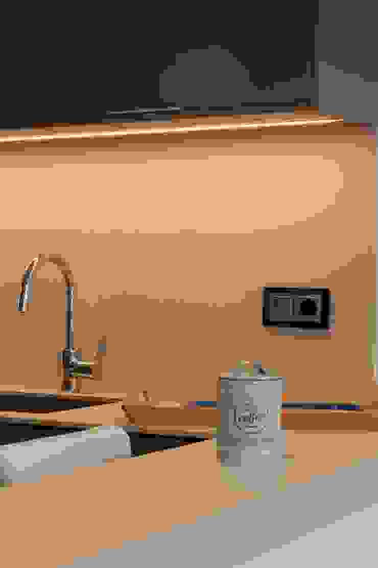 Detalle luz oculta cocina CREAPROJECTS. Interior design. Cocinas de estilo ecléctico