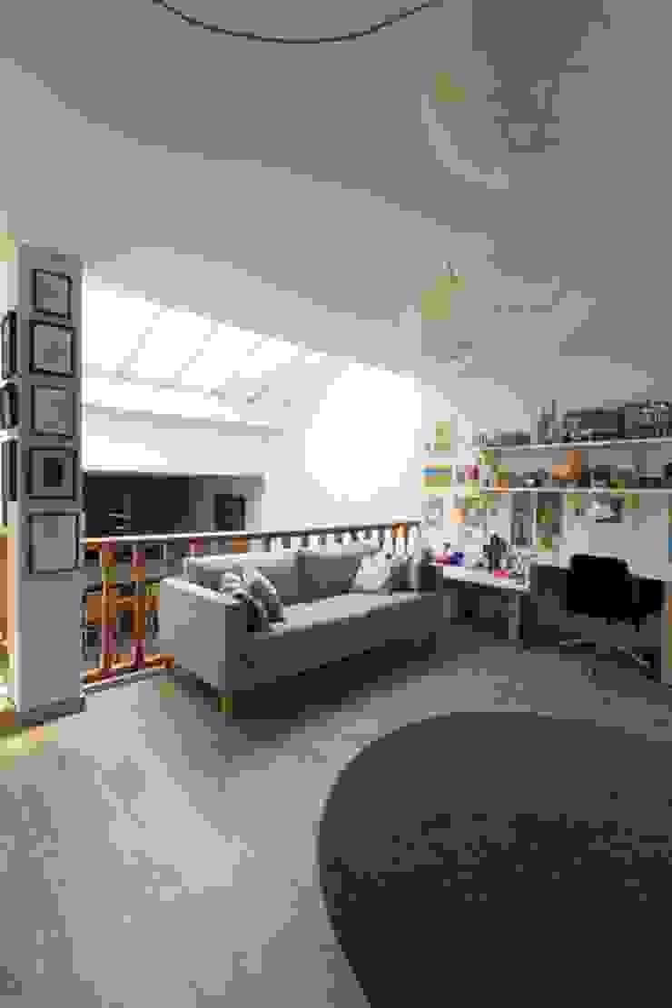 Sala de estudio y juegos CREAPROJECTS. Interior design. Estudios y despachos de estilo ecléctico
