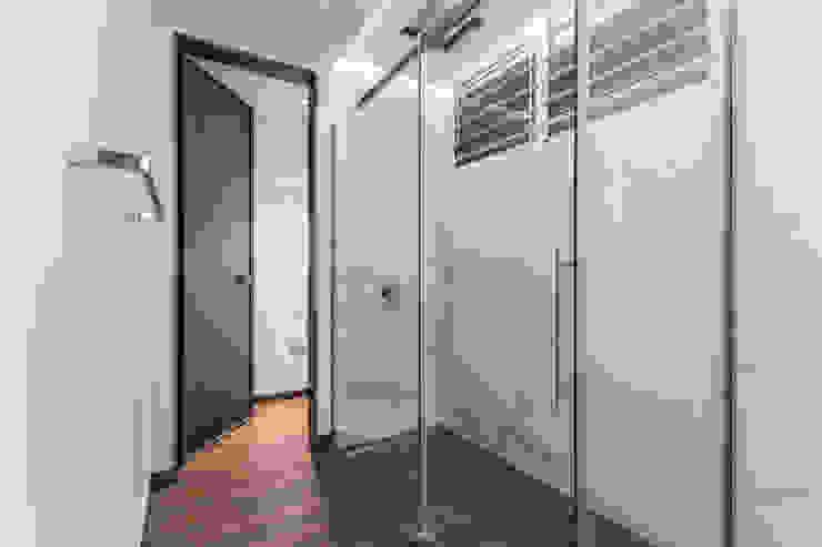 Nowoczesny korytarz, przedpokój i schody od Design Group Latinamerica Nowoczesny