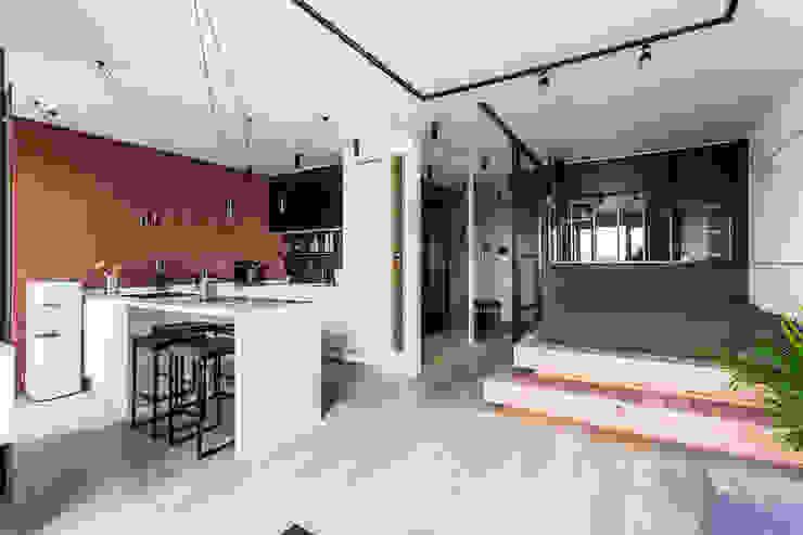 Дизайн квартиры-студии в стиле лофт 50 кв. метров Гостиная в стиле лофт от Бюро интерьеров ICON Лофт