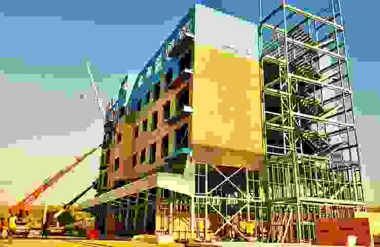 Paredes y pisos de estilo industrial de PRAMO PREFABRİCATED & STEEL Industrial Tableros de virutas orientadas