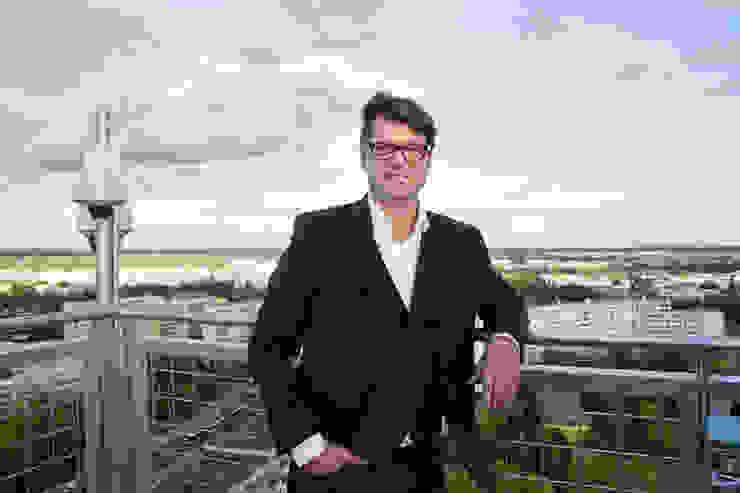 Frank Müller bei der Eröffnungszeremonie Müllers Büro Ausgefallene Veranstaltungsorte Eisen/Stahl Metallic/Silber