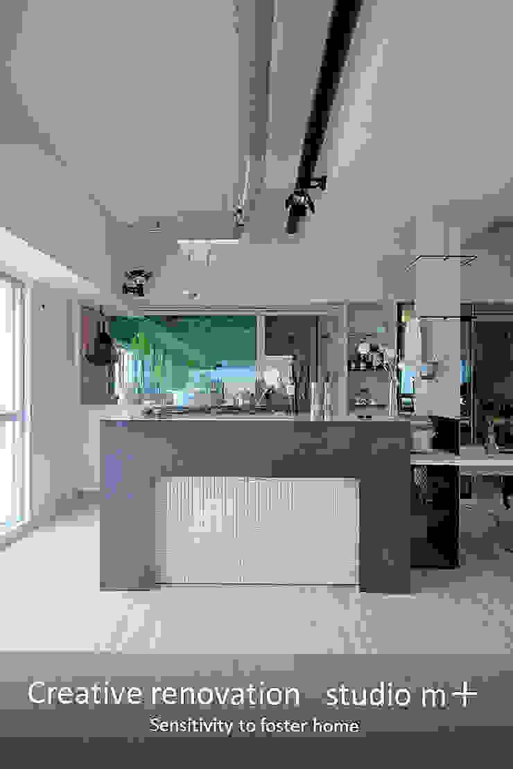 studio m+ by masato fujii Small kitchens