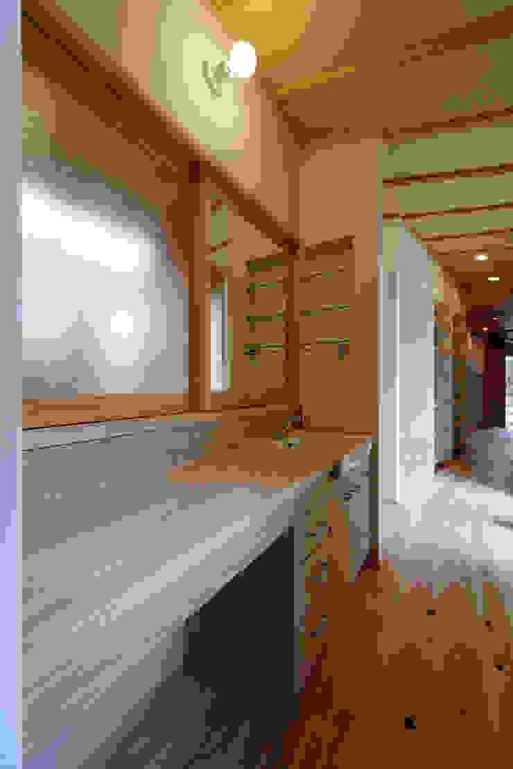 山道勉建築 Scandinavian corridor, hallway & stairs Wood White