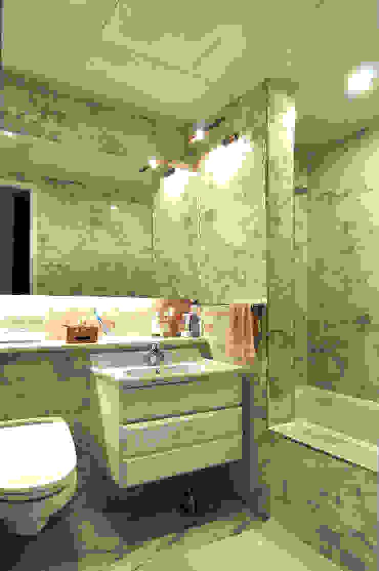 Modern Bathroom by 레이어비(Layer_B) Modern Tiles