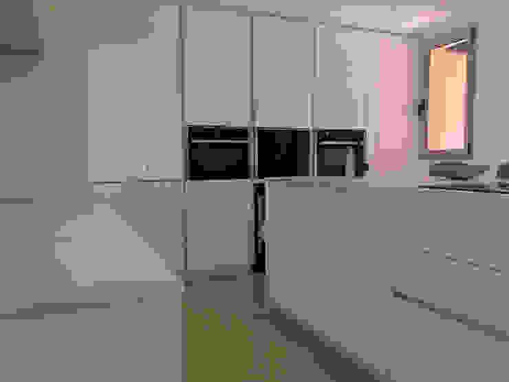 Reforma apartamento Sta. Ponça. Cocina de FOCUS Arquitectura Minimalista