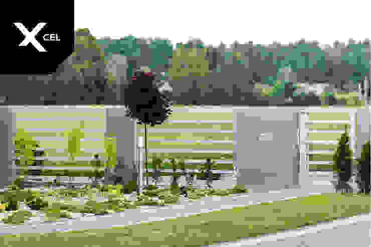 Ażurowe ogrodzenie aluminiowe w kolorze białym Nowoczesny ogród od XCEL Fence Nowoczesny