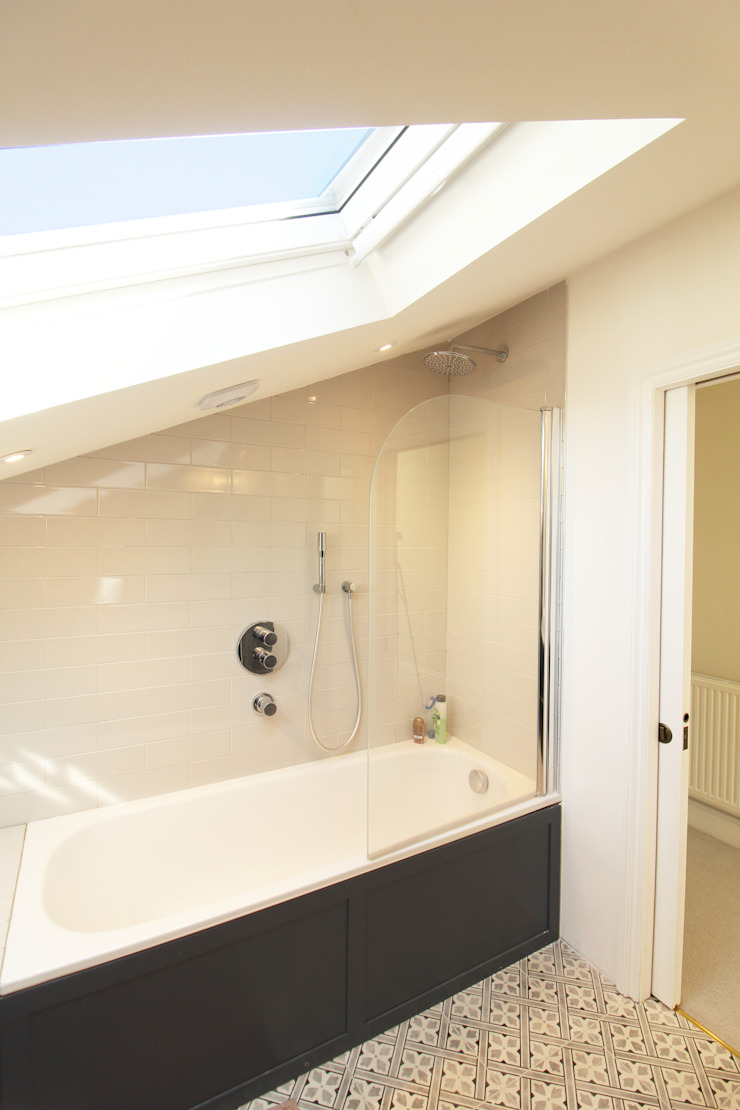 Loft Conversion Bathroom Oleh APT Renovation Ltd Modern
